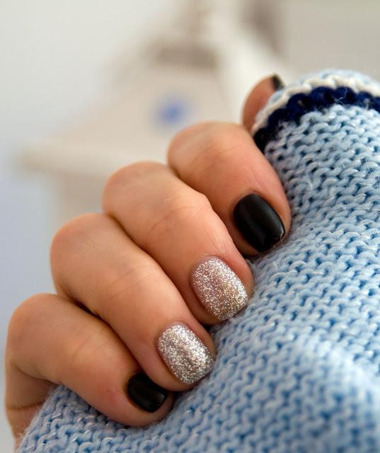 czarny manicure na paznokciach w połączeniu ze srebrnym
