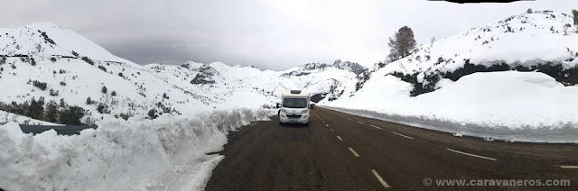 Dormir entre montañas de nieve en el Puerto de la Ventana | León en autocaravana