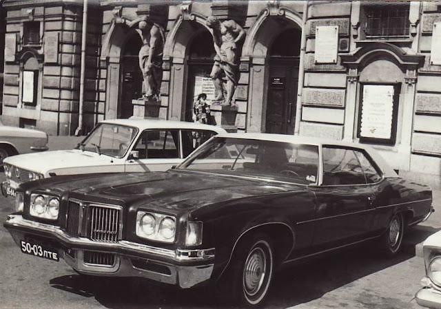 Pontiac Gand Ville 1972 возле Государственного академического театра драмы Латвийской ССР имени А. Упита на бульваре Кронвальда, 2