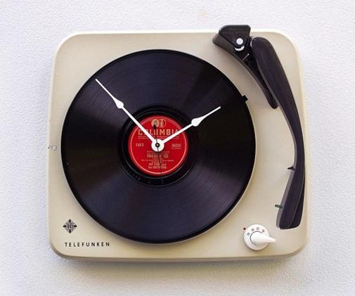 Jam dinding bergaya vintage yang terbuat dari daur ulang Telefunken Record Player.