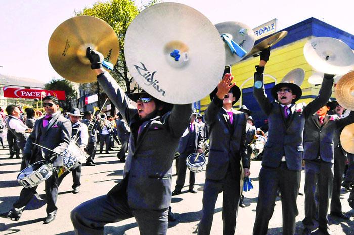 Bandas amenazan con bloquear el Gran Poder por falta de pagos