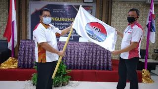 TERPILIH: Ketua IPI NTB Zulpadli terpilih (kanan) saat menerima bendera organisasi