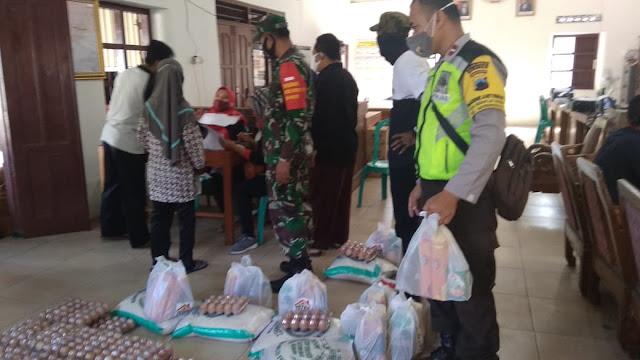Babinsa Dan Babinkamtibmas Lakukan Pengamanan Pendistribusian Sembako
