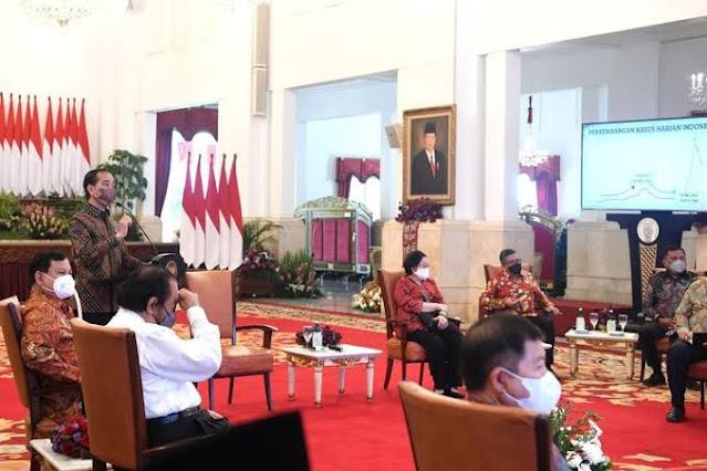 Jokowi di Tengah, Megawati Kiri, Prabowo Kanan