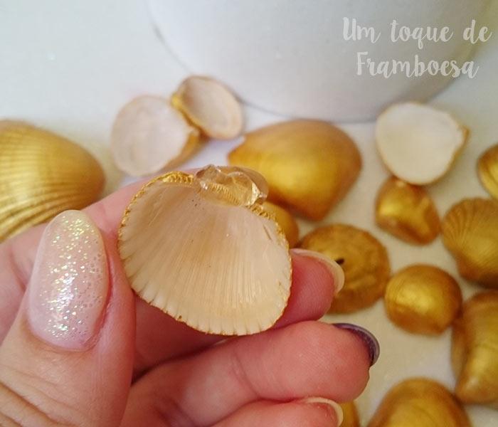 Decoração com conchas douradas