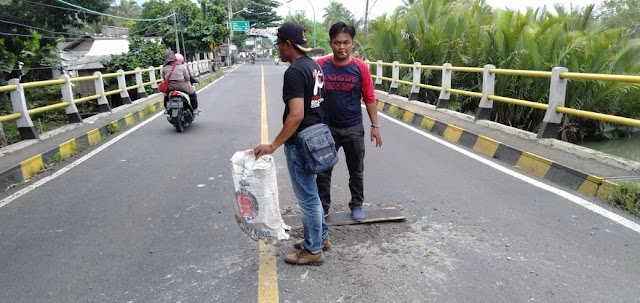 Bentuk Protes Kerusakan Jalan Nasional Dilakukan Penambalan Lubang oleh Puluhan Wartawan Pangandaran