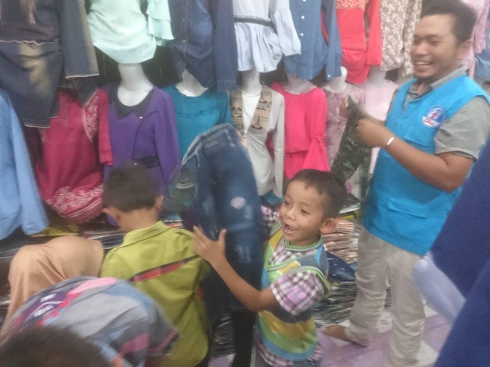 LPD Menemani Anak -anak Yatim Membeli Baju Lebaran untuk Mereka