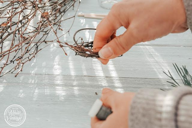 aus Zweigen Nest formen