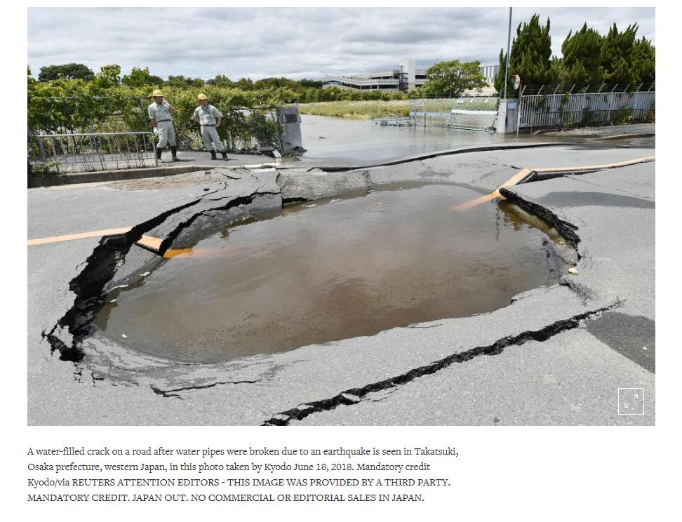 Nền đường bị sụt lún và đọng nước sau trận động đất