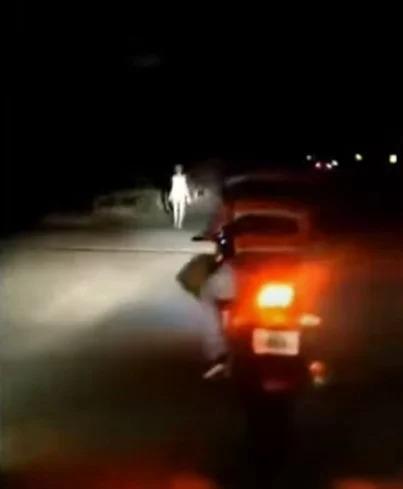 Captan en video a una extraña figura humanoide en plena carretera de la India