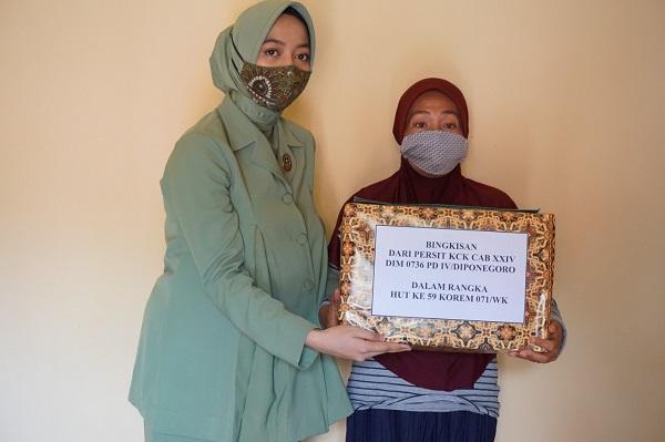 Ketua Persit Kartika Chandra Kirana Cabang XXIV/Kodim Batang Sambangi Para Warakawuri Berikan Tali Asih