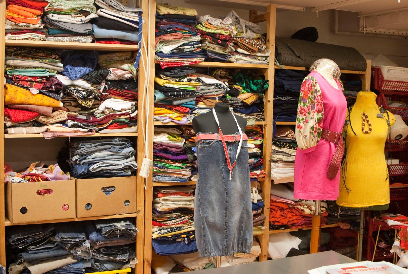 3eca616eb9adf Eskiden hiç tanımadığınız birinin eskilerini giymek ayıp sayılır, ikinci el  giyenlere 'bitli gençler' gözüyle bakılırdı. Oysa şimdi ikinci el giysi  satan ...