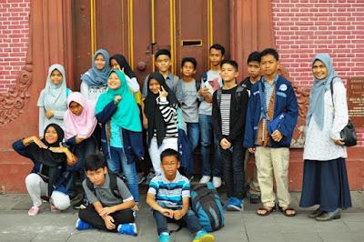 mam tengku hantamah dan anak anak mtsn 4 berada di depan bangunan toko merah walking tour jakarta good guide