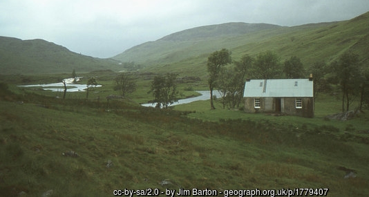 This bothy is in a lovely position right above the Abhainn Rath not far from Loch Ericht