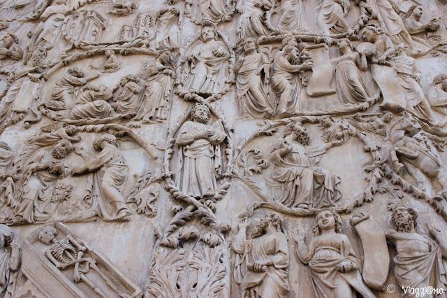 Il Duomi di Orvieto è decorato con splendidi bassorilievi