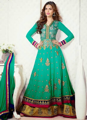 The color combination of this bridal mehndi dress is elegance at its finest.