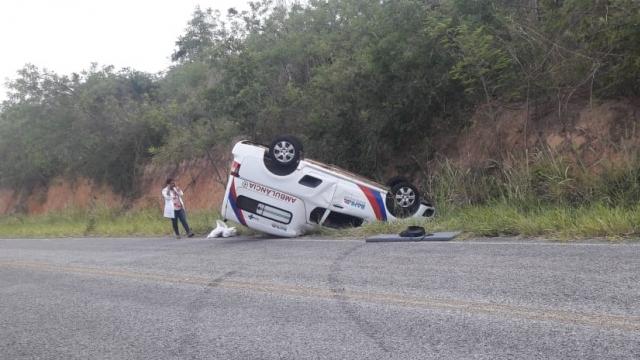Ambulância de Miguel Calmon capota na BA-421, entre Piritiba e Mundo Novo