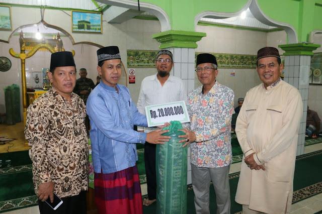 TSR Sumbar Beri Bantuan 20 Juta di Masjid Raya Ketaping Nareh Hilir