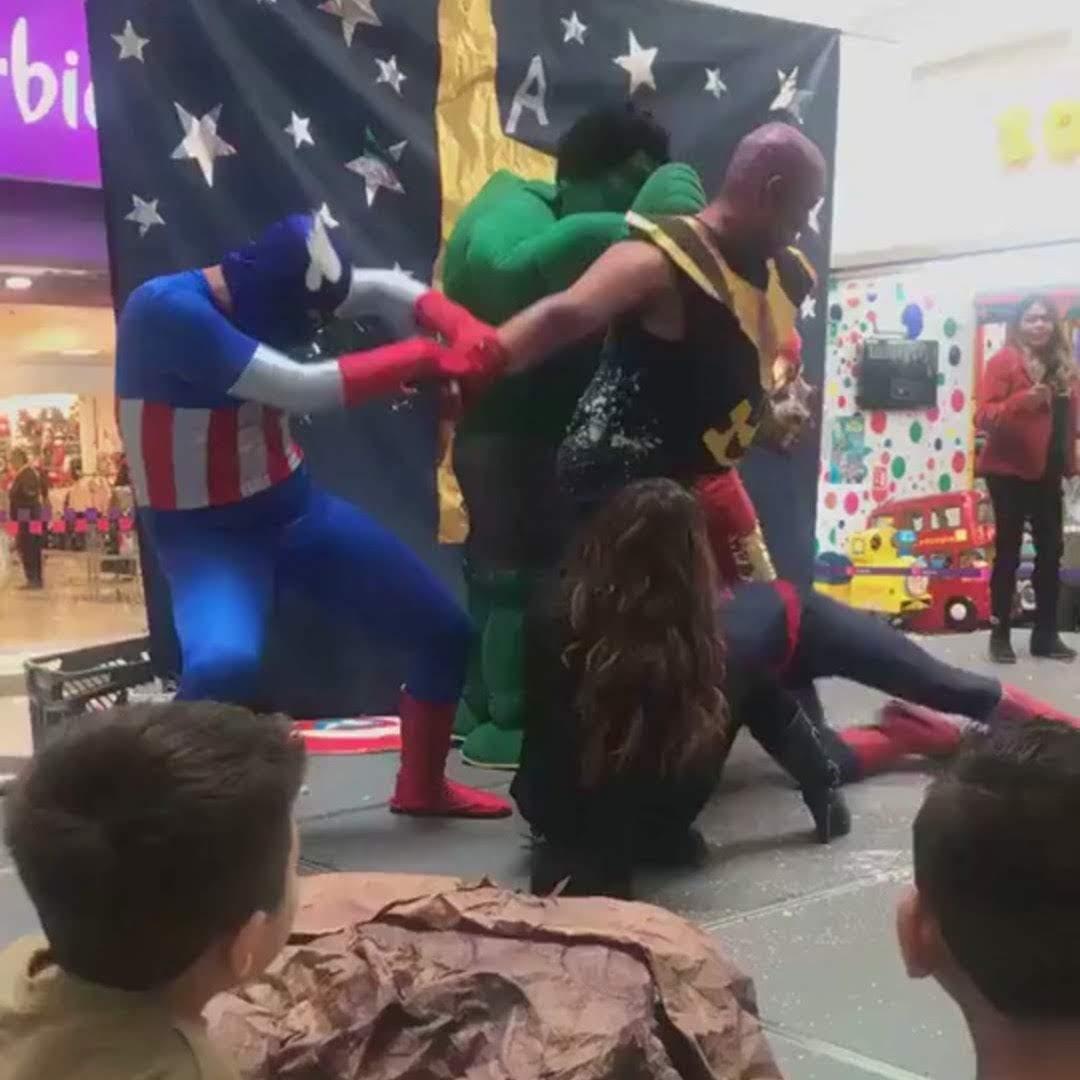Wrong Avengers :「アベンジャーズ : エンドゲーム」のクライマックスの感動を、ショッピング・センターのチープなヒーローショーの実演として、あたらめて、お楽しみください ! ! 😂