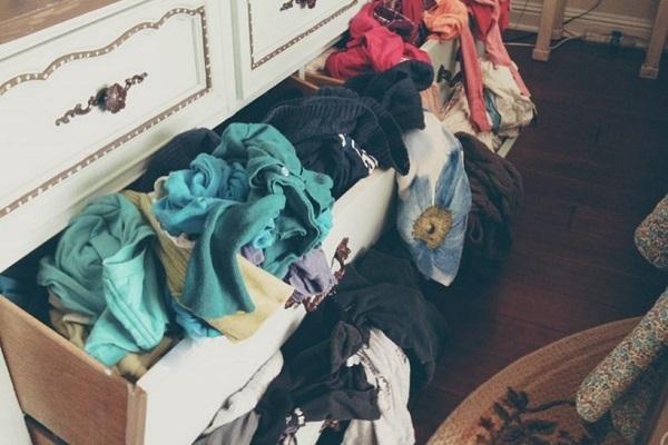 Λιωμένες μπλούζες οι αναμνήσεις που αρνούμαστε να πετάξουμε