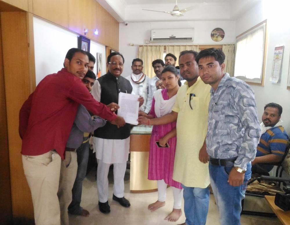 नियमित पदस्थापना हेतु इंजीनियरिंग कॉलेज के शिक्षकों ने सांसद भूरिया को ज्ञापन सोंपा-engineering-college-teachers-give-memorandum-to-MP-Kantilal-Bhuria
