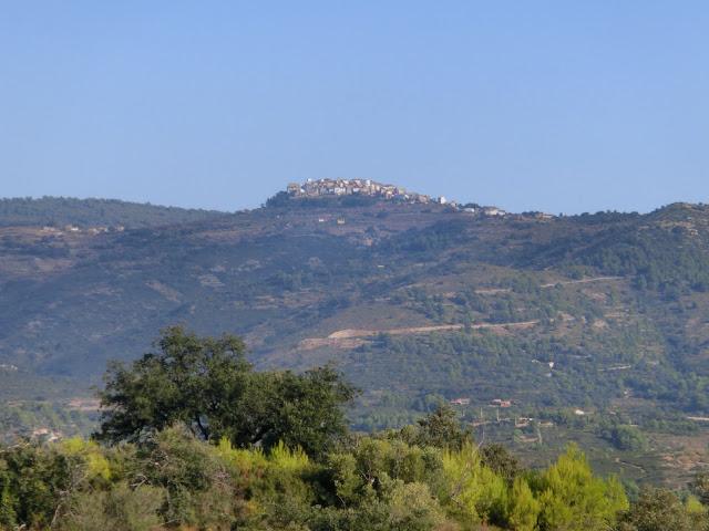 vista del pueblo de benafigos desde el puerto de atzeneta del maestrat