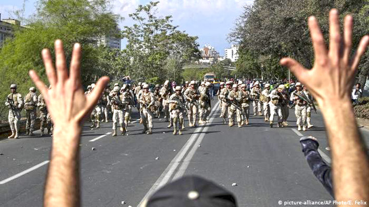 Озброєні солдати на вулицях Сантьяго