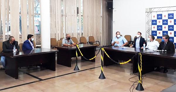 Reunião de dirigentes sindicais e motoristas com a administração municipal e o vereador Mário Verri (PT) na segunda (8) – Foto: Luiz Fernando Cardoso/Sinttromar