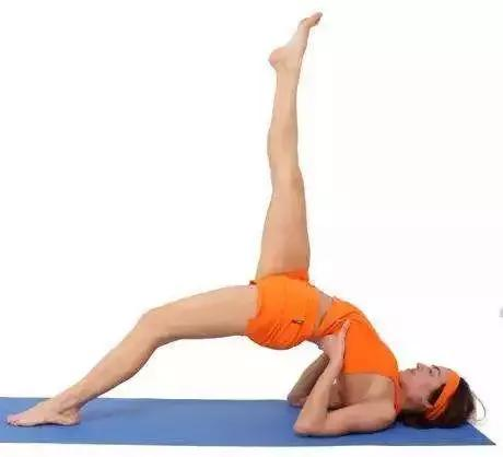 這個瑜伽動作厲害了,按摩滋養子宮,瘦腰腹,還能翹臀不粗腿(橋式)