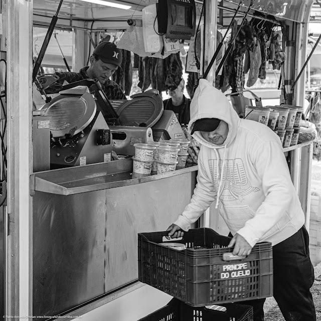 Jovem trabalhando na feira