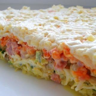 Слоеный салат с ветчиной, грибами и сыром
