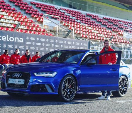 Lionel-messi-car-collection-Leo-poses-with-his-blue-Audi-RS-Avant-Performance