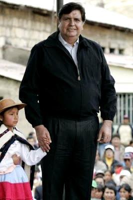 Foto de Alan García Pérez en provincia con una niña