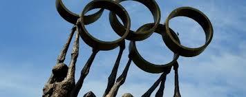 simbolo olimpiade sorretta da atleti