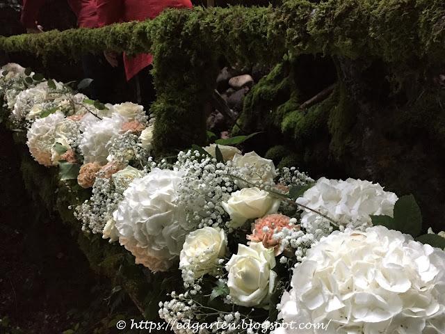 Blumen am Brückengeländer