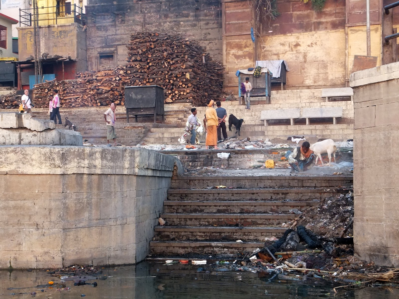 место кремации в Варанаси, вид с Ганга