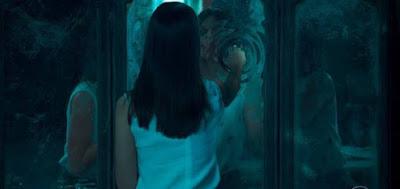Cris (Vitória Strada) em uma das sequência em que atravessou o espelho para outra dimensão