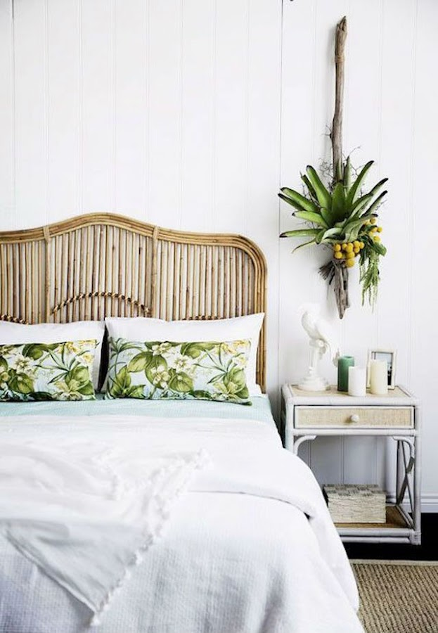 Dormitorio con cabecero de cañas de bambú