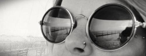 Primerísimo primer plano de mujer con gafas de sol