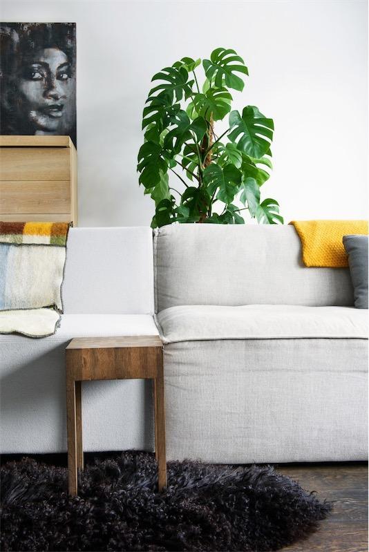 plaid en amarillo sobre el sofa chicanddeco