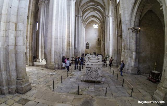 Túmulo do rei Pedro I e de Inês de Castro no Mosteiro de Alcobaça, Portugal