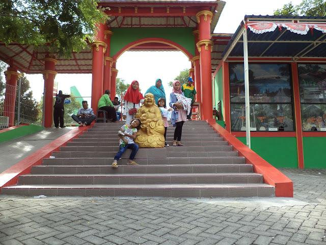 Jangan lupa foto bersama di gerbang masuk wisata wego Lamongan