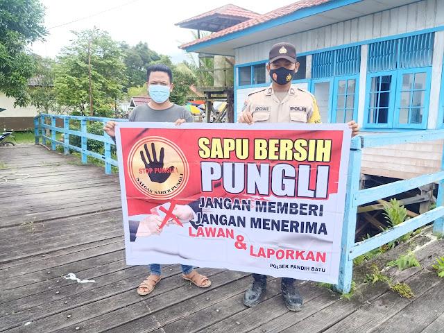 Briptu Roni Abdullah Sosialisasikan Saber Pungli kepada warga di Desa Binaannya