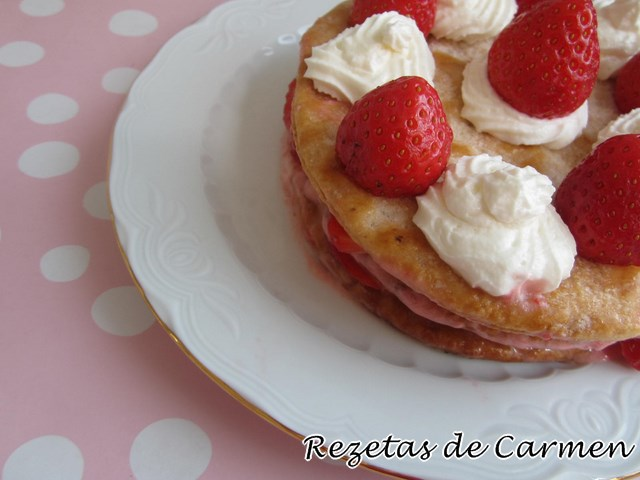 Milhojas de tortas de aceite con fresas
