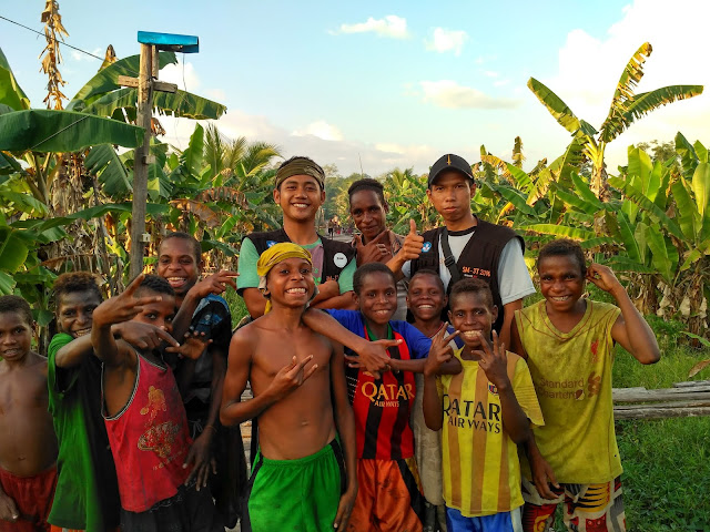 Bersama Anak-Anak Tercinta di Jalan Menuju Kampung Sayua