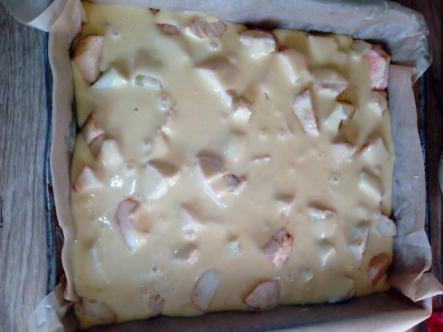 jablecznik zaparzany szarlotka zaparzana ciasto z jablkami ciasto ucierane z owocami babka z jablkami ciasto z lukrem wilgotne ciasto szybkie ciasto  ciasto jada goscie
