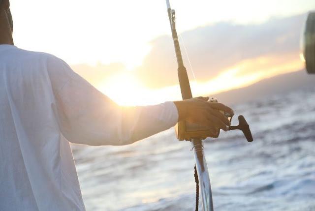 Cara Mengetahui Waktu yang Tepat untuk Memancing di Laut