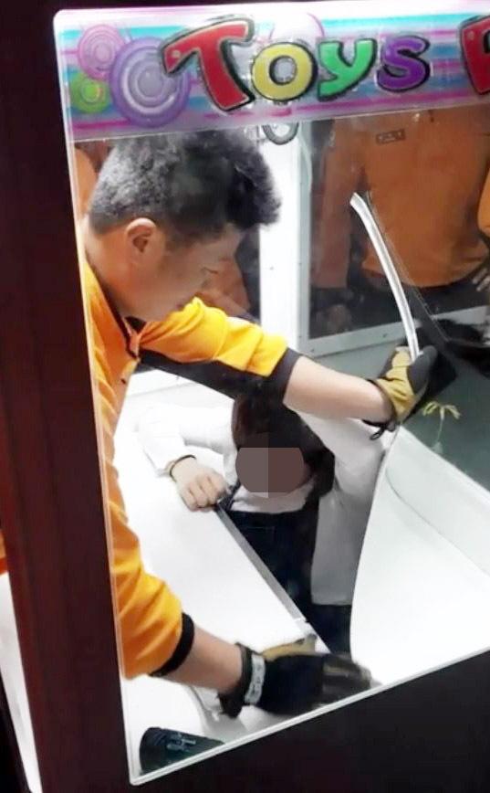 Surcoreana borracha atrapada en una máquina de feria