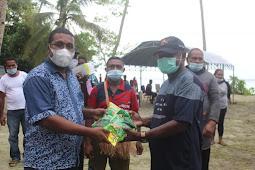 Herry Ario Naap Serahkan Bibit Sayur-Sayuran ke Masyarakat di Sansundi