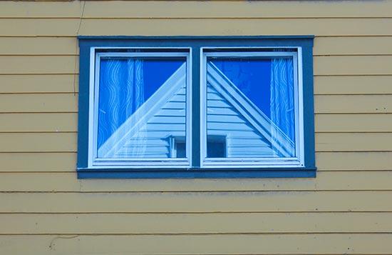 Reflejos en ventana de una casa de madera. Foto Rodrigo L.Alonso.